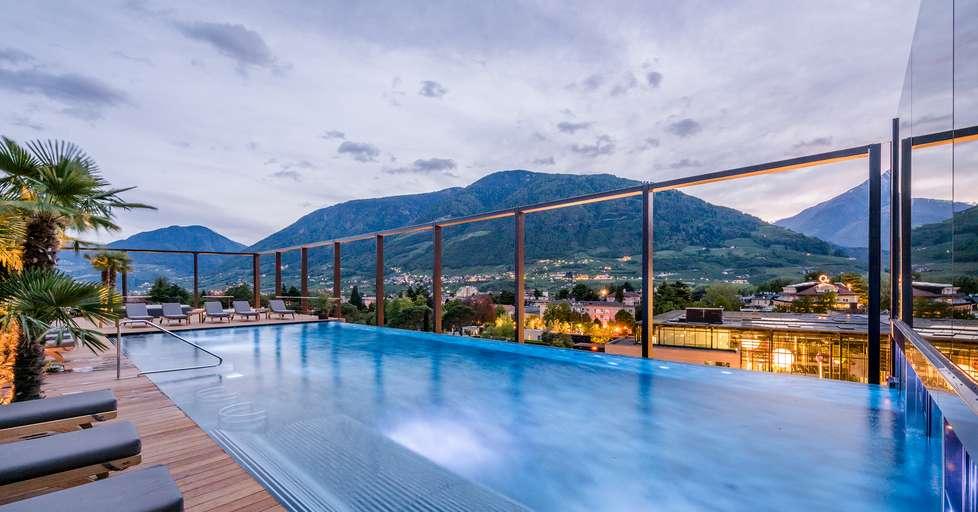 La piscina infinita sulla terrazza che guarda merano foto alto adige - Piscine con scivoli bressanone ...