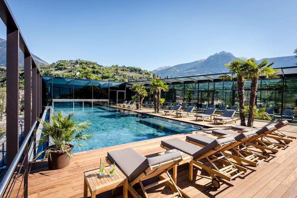 La piscina infinita sulla terrazza che guarda merano - Albergo a singapore con piscina sul tetto ...