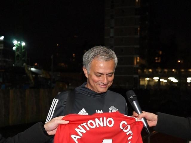 Conte Adige Alto Ansa Con Da Maglia Mourinho Le 'iene' EYWDH9I2
