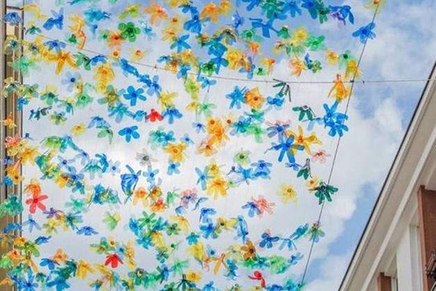 In via galilei col naso allinsù: un cielo di fiori di plastica