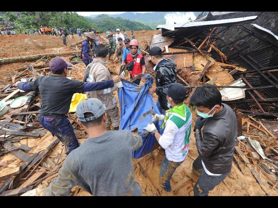 Indonesia, smottamento sommerge villaggio nell'isola di Giava
