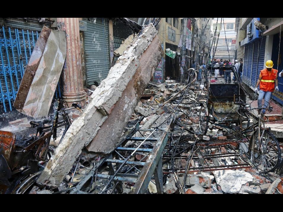 Inferno di fiamme e morte a Dacca, circa ottanta morti