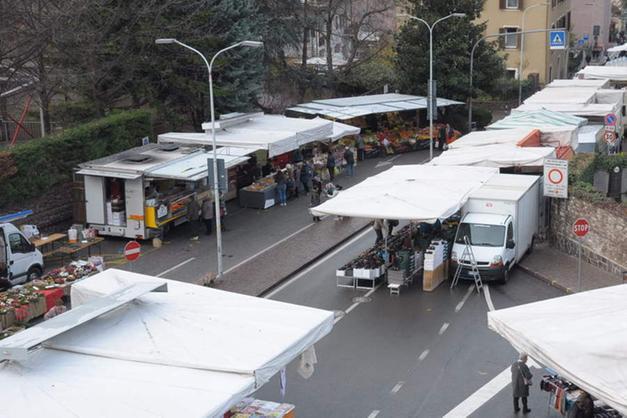 1a0ec2b3bef48 Un commerciante ambulante che partecipa regolarmente al mercato settimanale  del giovedì mattina in via Pietralba arriva a pagare fra i 150 e i 200 euro  ...