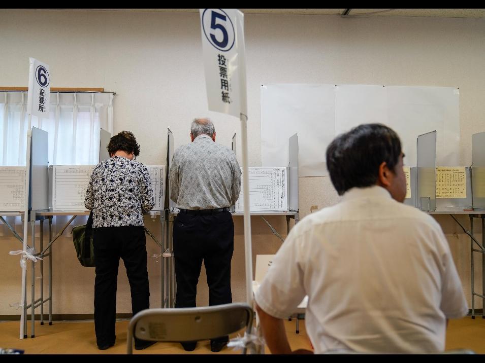 Giappone al voto, vince la coalizione di Shinzo Abe