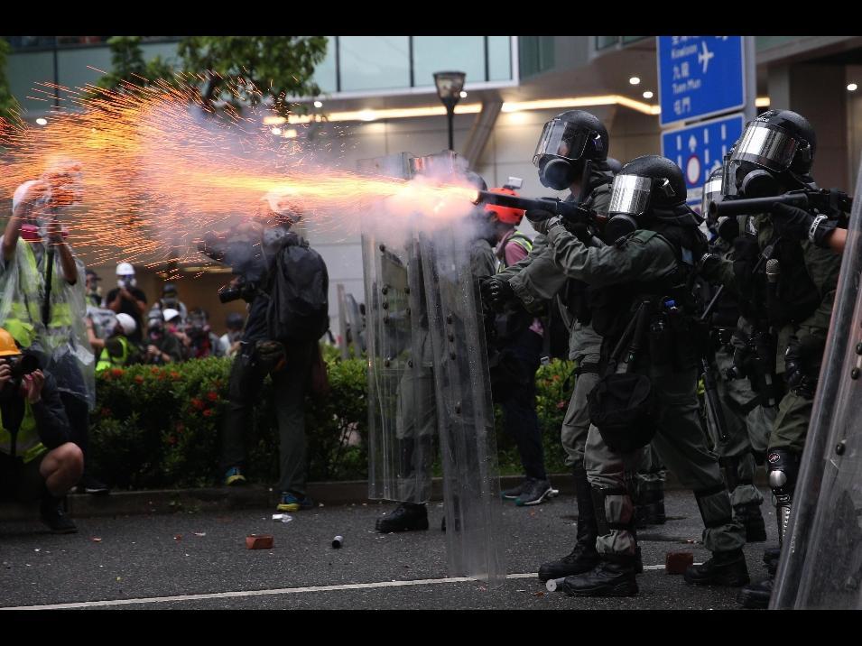 Spari di avvertimento della polizia sulle proteste di Hong Kong