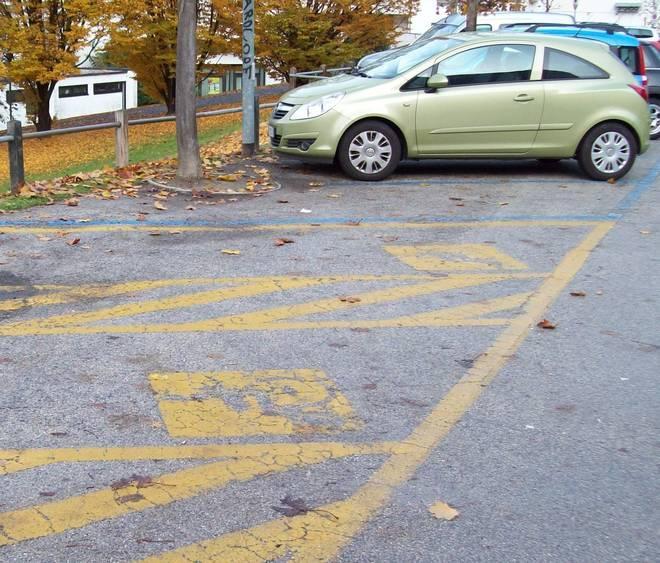 Dipingere Strisce Parcheggio : Roma strisce pedonali dipinte intorno ad auto in divieto di