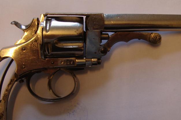 Un vecchio revolver nascosto nel muro bolzano alto adige